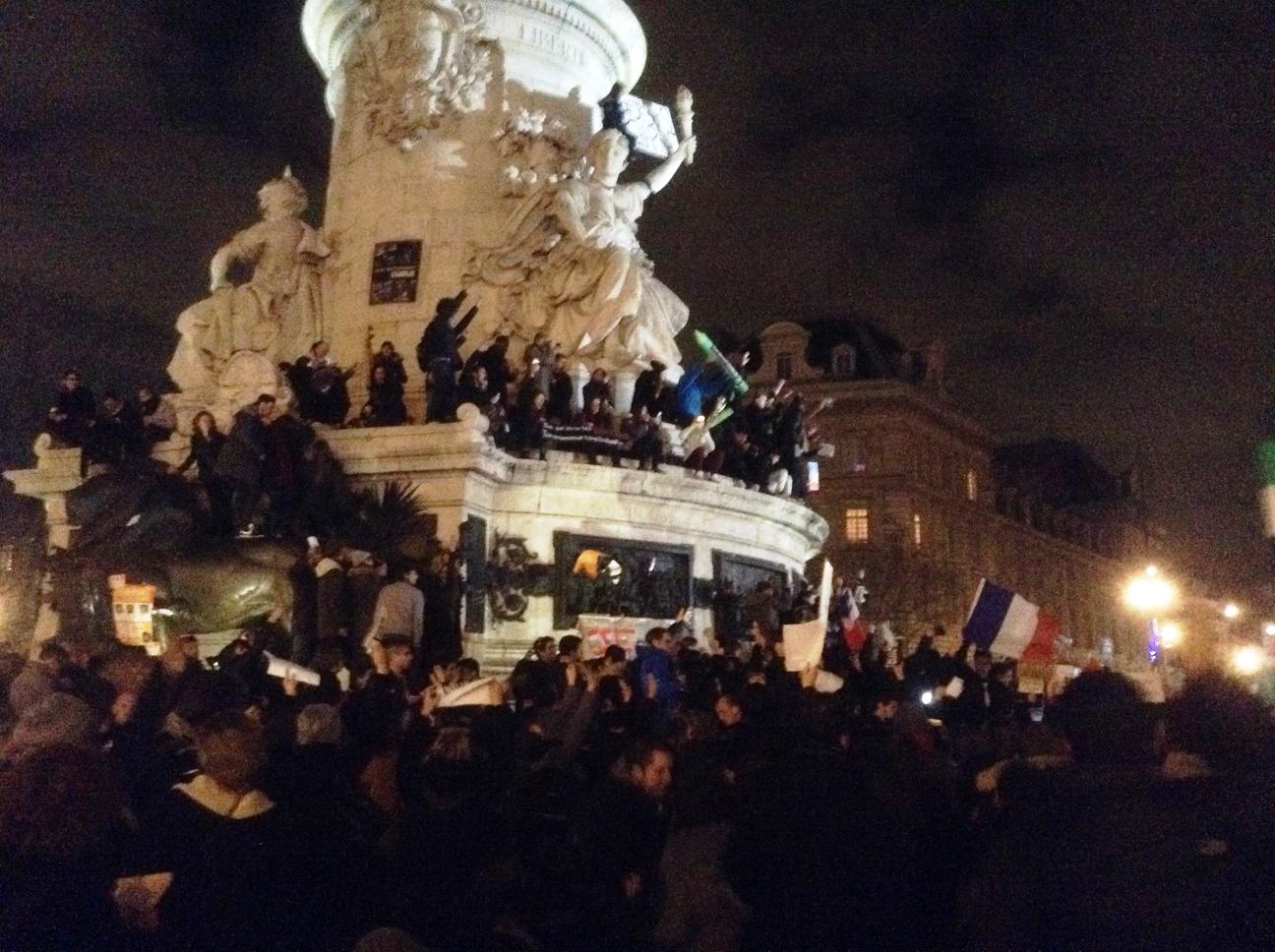 Fin dalla prima sera la gente di Parigi in piazza