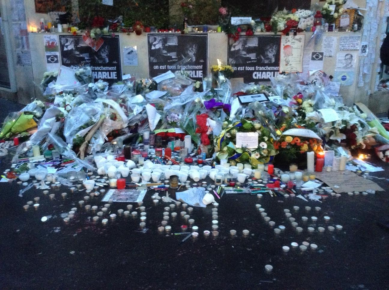 Fiori, candele e messaggi a pochi passi dalla sede di Charlie Hebdo
